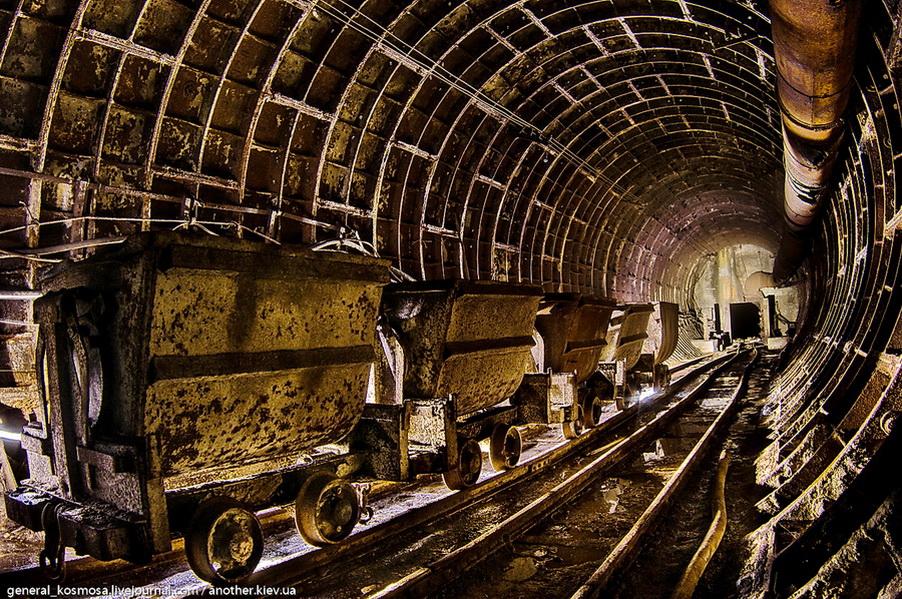 ryad-vagonetok-v-nedostoennom-bunkere Командный бункер Киевского метрополитена