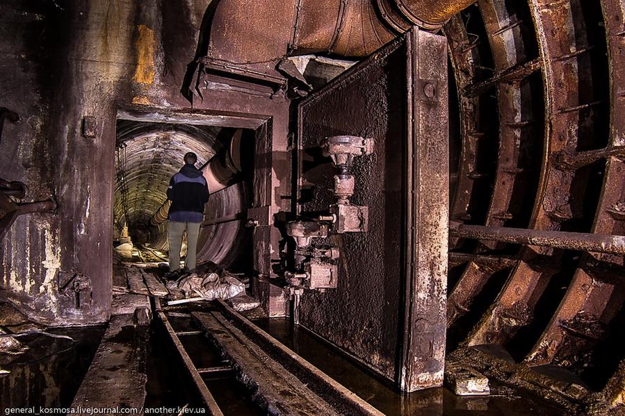 rzhavaya-germodver-na-vxode-v-bunker Командный бункер Киевского метрополитена