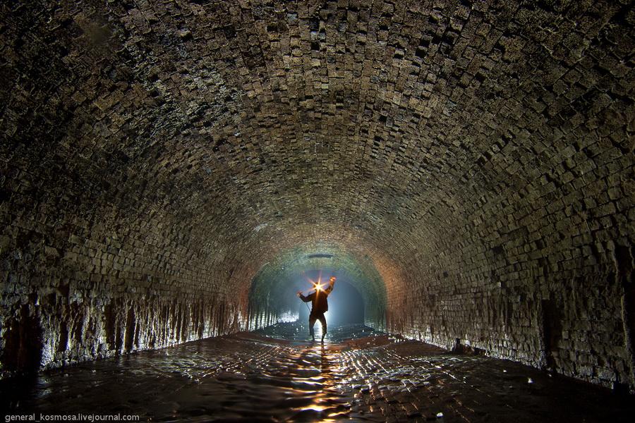 siluet-cheloveka-v-starom-tunnele Подземная река Глубочица.