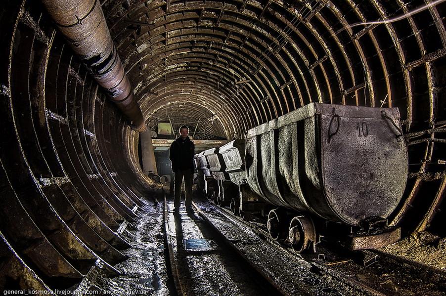 siluet-diggera-i-ryad-vagonetok Командный бункер Киевского метрополитена
