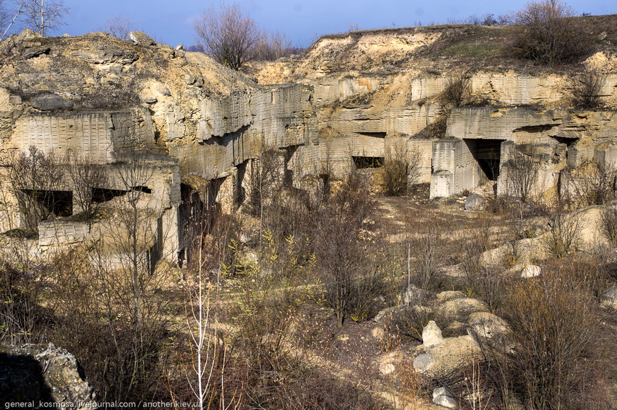 vid-na-karer-sverxu Джуринские катакомбы.