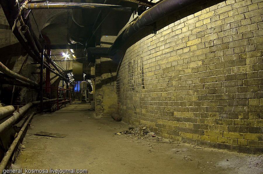 Поворот туннеля. Подвалы сделаны из старого кирпича.