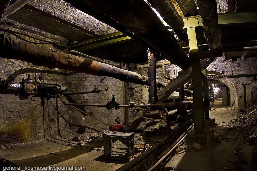 Трубы и вентили, подвалы мастерских переоборудовали под типичные коммунальные нужды