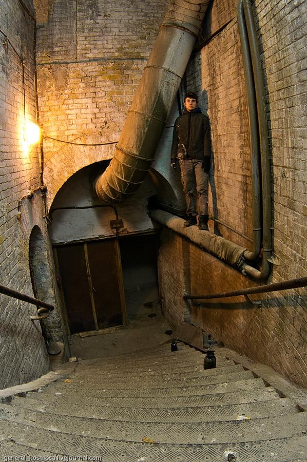Лестница ведущая из подвалов в помещения завода на первом этаже