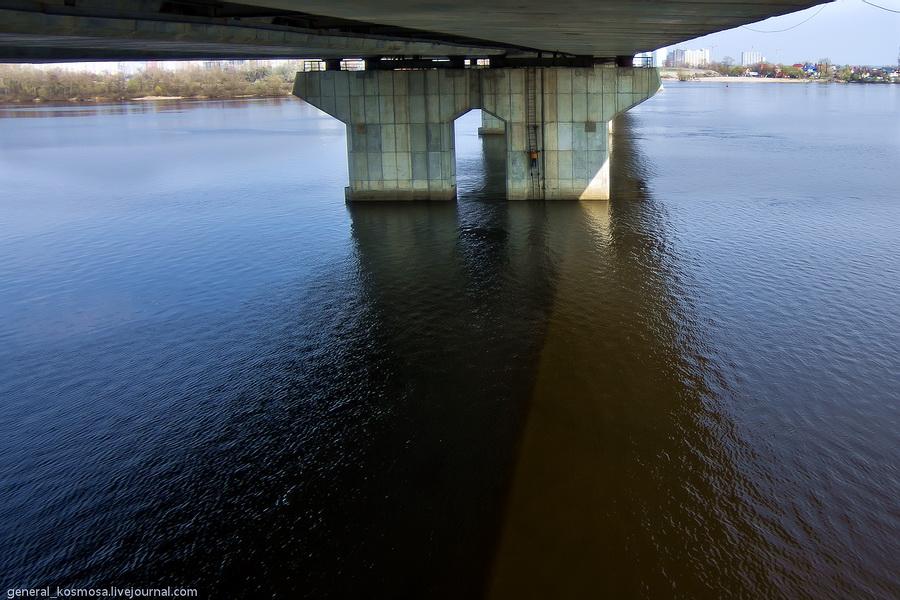 Вид с одной из колон на Днепр, протекающий под Южным мостом