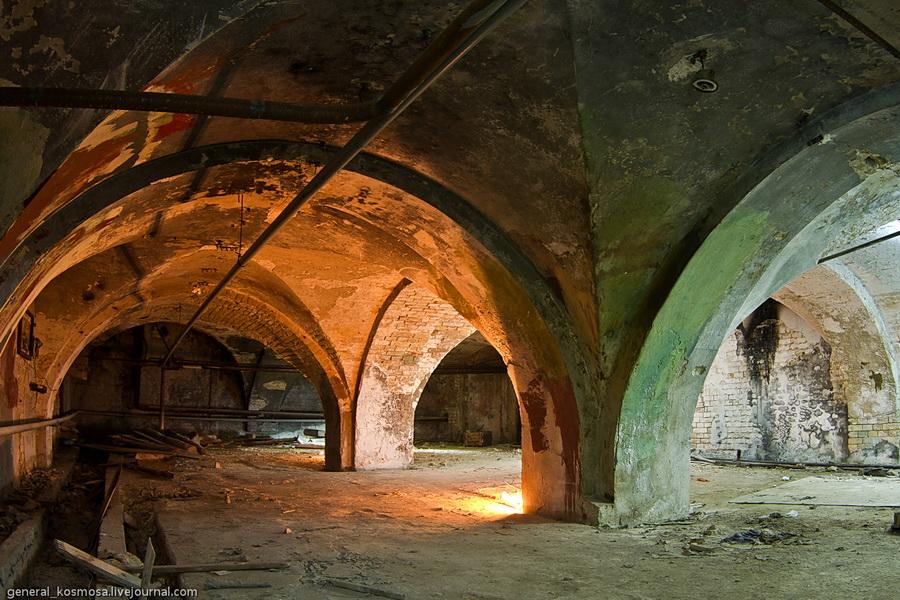 Старинные колонны в подземельях завода Арсенал
