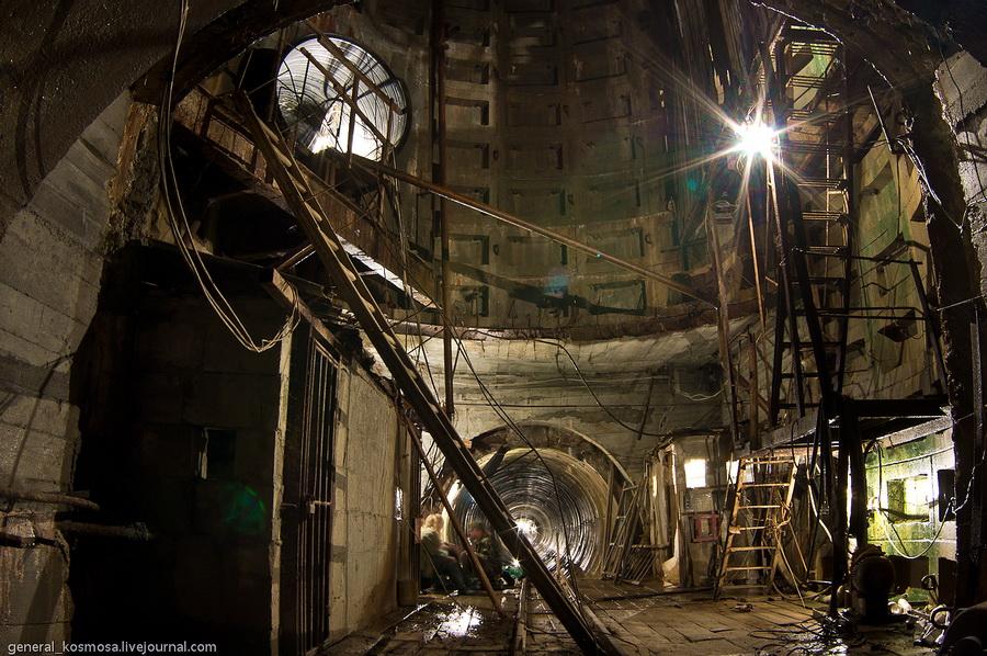 Дно шахтного ствола. Видна труба-подключка и основной туннель коллектора.
