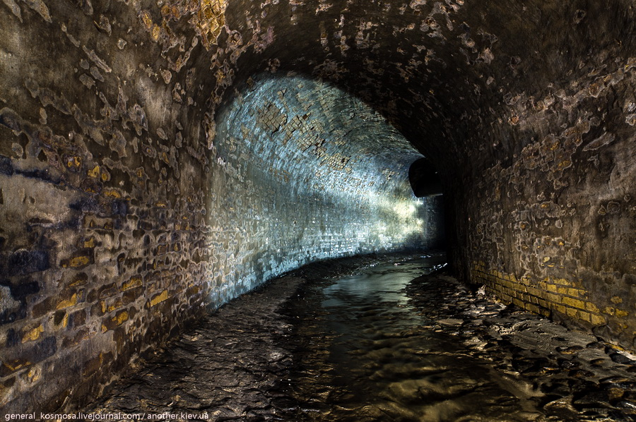 povorot-starinnogo-tunnelya-pod-kreshhatikom Клов - самая красивая подземная река Киева