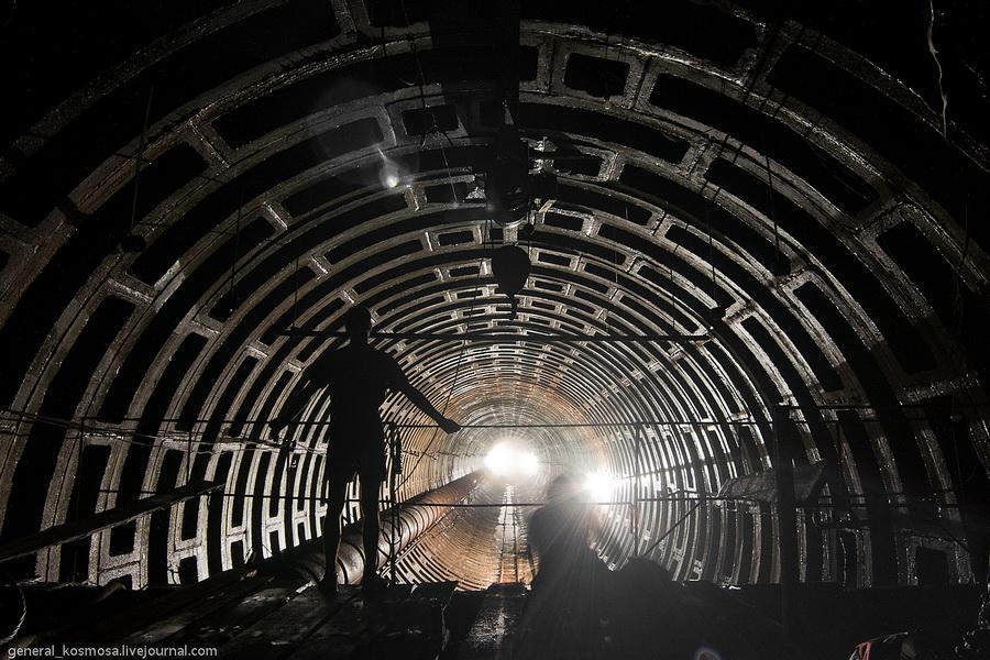 Вид с мостика в туннель заброшенного бункера