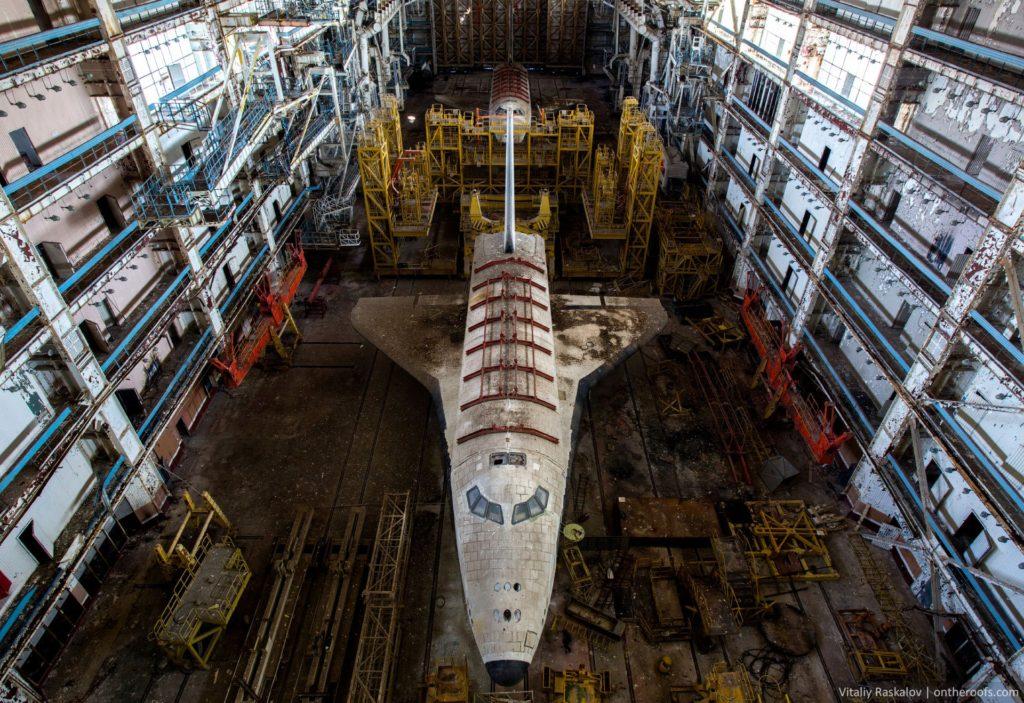 """buran-baikonur-1024x703 Байконур: экспедиция к заброшенным космическим кораблям """"Буран"""""""