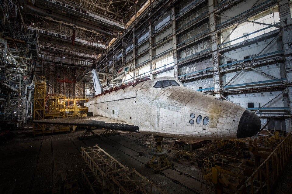 "dbmjLMBUD78 Байконур: экспедиция к заброшенным космическим кораблям ""Буран"""