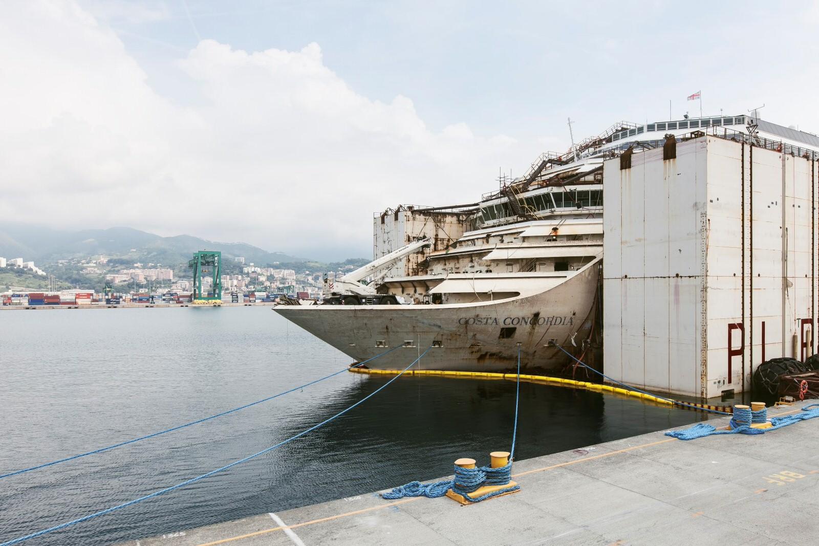 costa-concordia-another.kiev15 Призрачный флот: интерьеры внутри поднятого со дна круизного лайнера Коста Конкордия