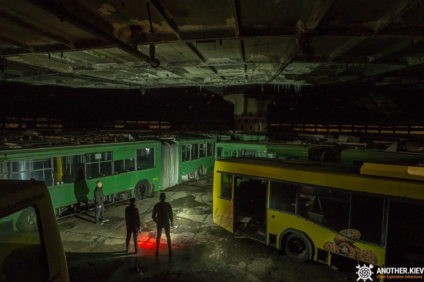 bus-graveyard-kiev-6750-min Автобусный парк №7 вночи