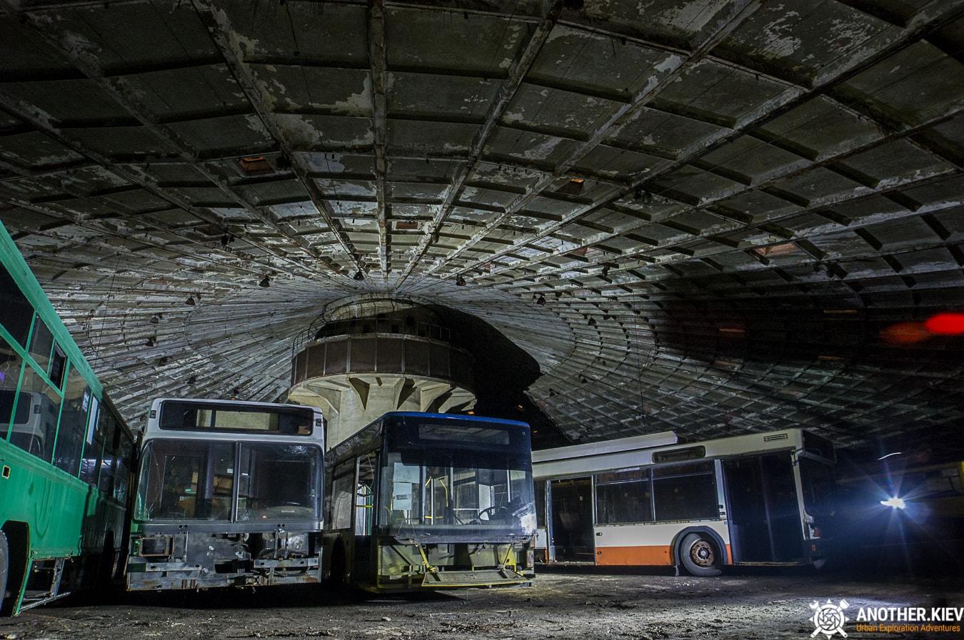 bus-graveyard-kiev-6757-min Автобусный парк №7 вночи