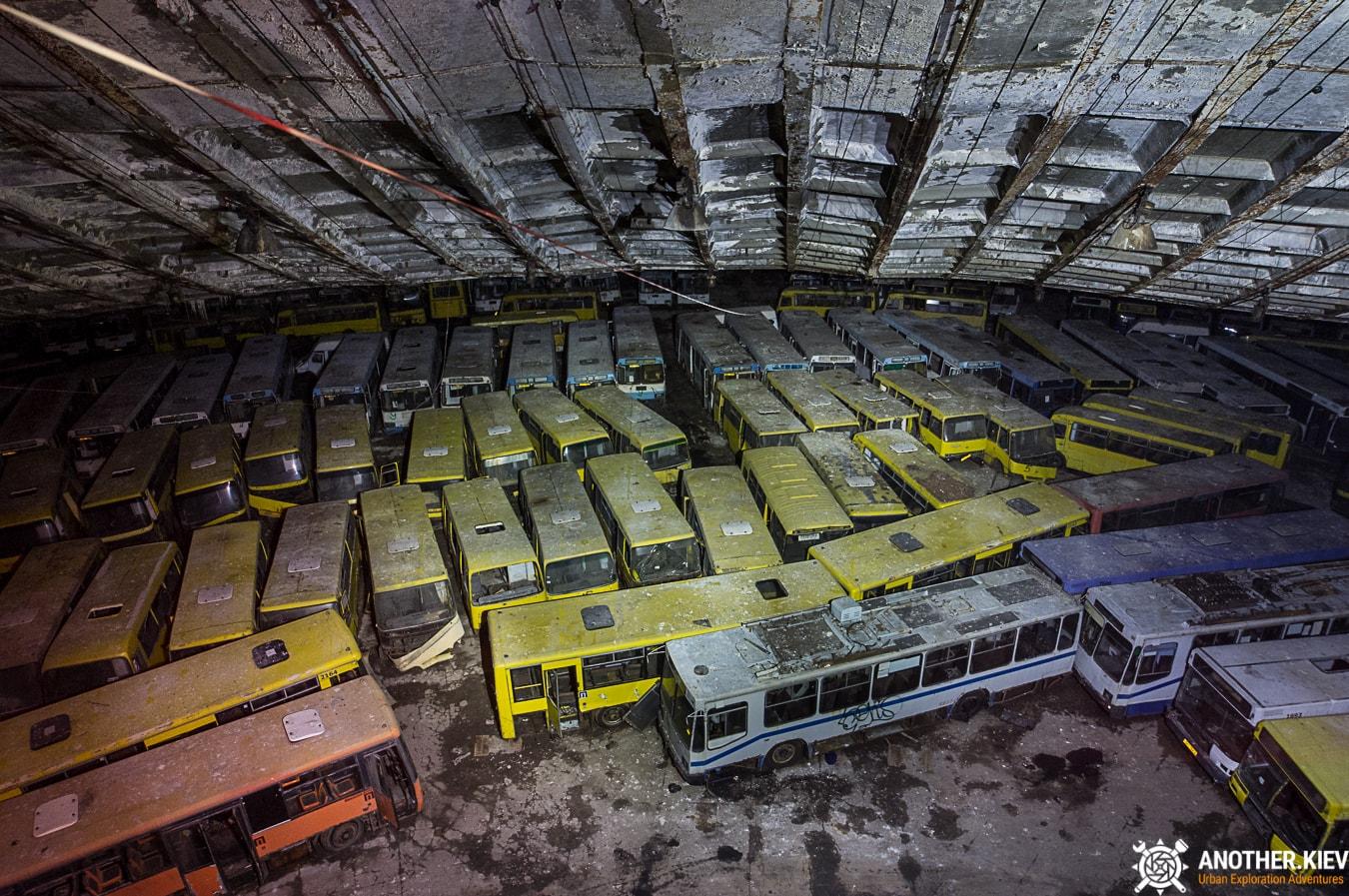 bus-graveyard-kiev-6770-min Автобусный парк №7 вночи