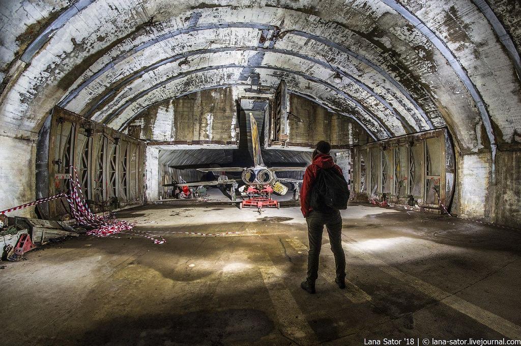 26996880177_1eed100232_b Заброшенный подземный аэродром в Албании с законсервированными древними советскими истребителями Миг-17