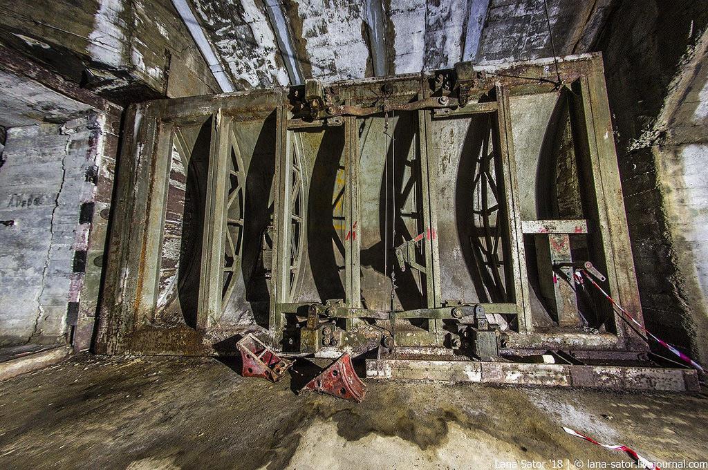 26996880207_04f6a328bd_b Заброшенный подземный аэродром в Албании с законсервированными древними советскими истребителями Миг-17