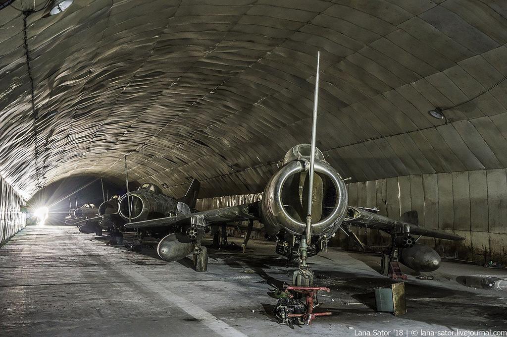 26996880397_1e8693e788_b Заброшенный подземный аэродром в Албании с законсервированными древними советскими истребителями Миг-17