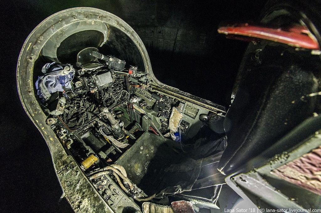 26996880517_0eee3bc17e_b Заброшенный подземный аэродром в Албании с законсервированными древними советскими истребителями Миг-17