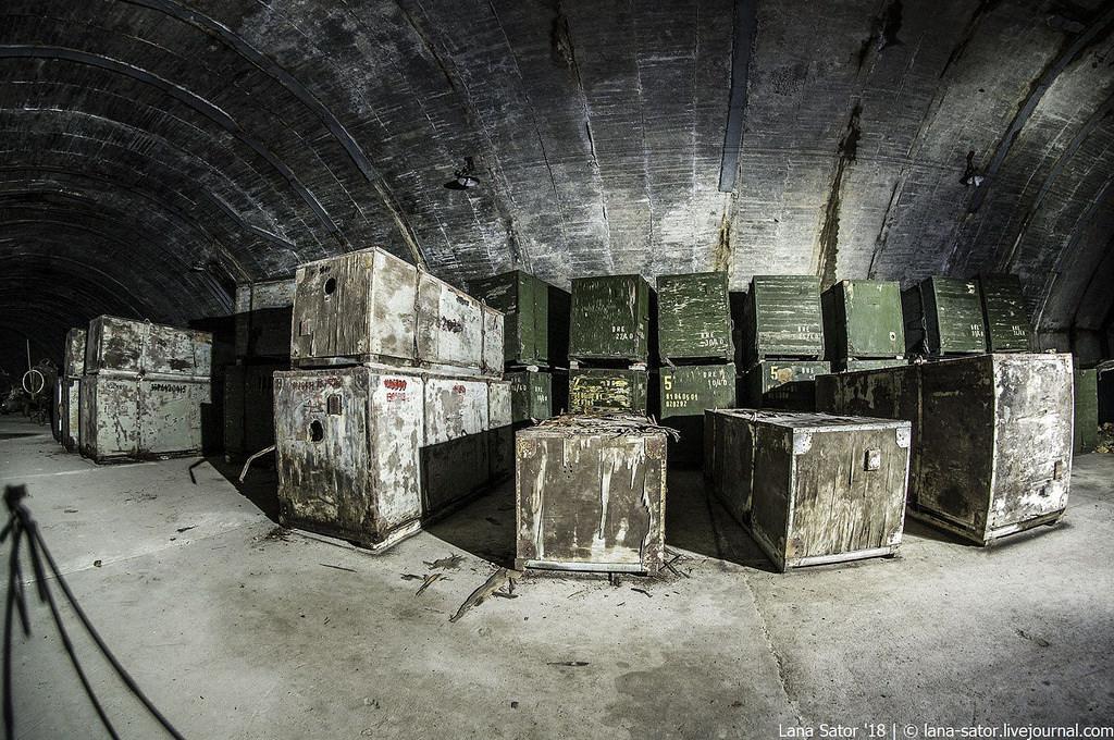 26996880657_3a5fe0a38e_b Заброшенный подземный аэродром в Албании с законсервированными древними советскими истребителями Миг-17