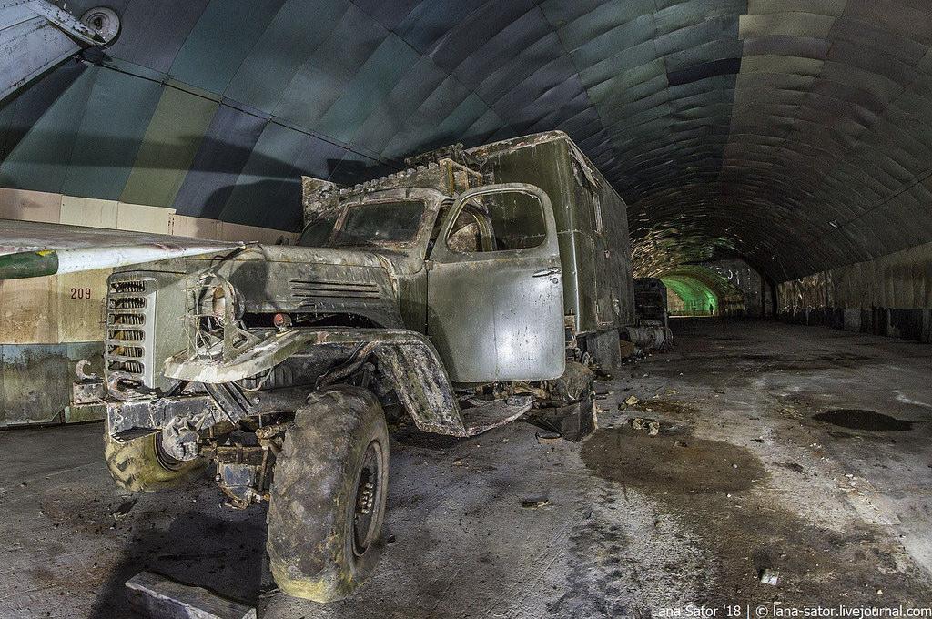 26996881117_7f873f3eb2_b Заброшенный подземный аэродром в Албании с законсервированными древними советскими истребителями Миг-17
