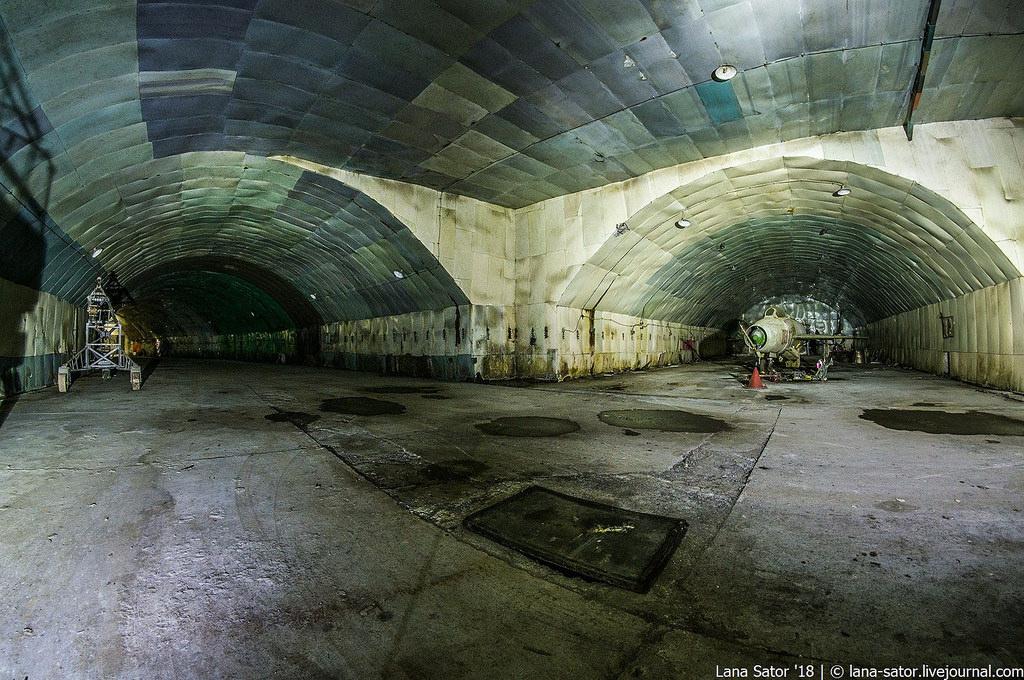 26996881177_081981d1f2_b Заброшенный подземный аэродром в Албании с законсервированными древними советскими истребителями Миг-17