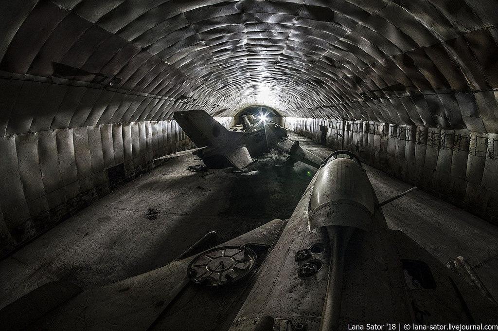 40057992570_f6765af01c_b Заброшенный подземный аэродром в Албании с законсервированными древними советскими истребителями Миг-17