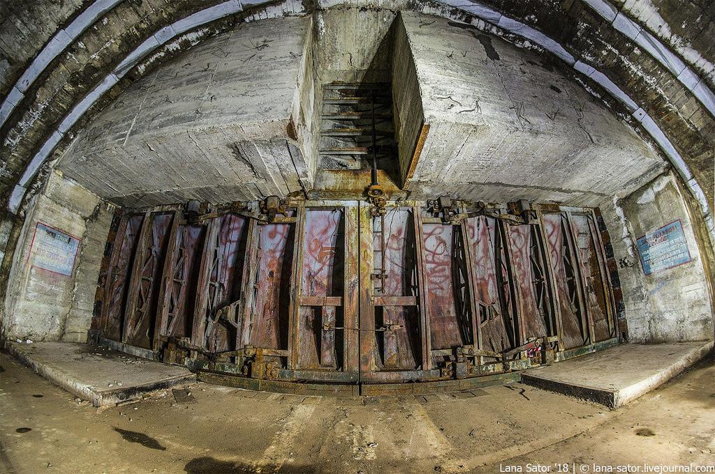 40966597055_49c2679bdf_b Заброшенный подземный аэродром в Албании с законсервированными древними советскими истребителями Миг-17