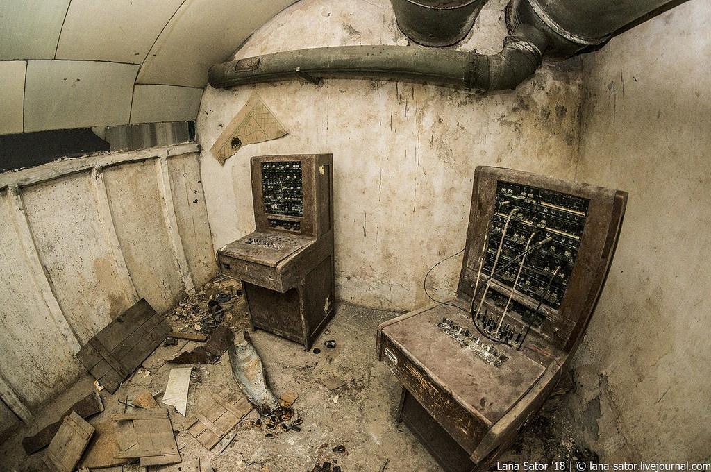 41865193491_01a986723d_b Заброшенный подземный аэродром в Албании с законсервированными древними советскими истребителями Миг-17