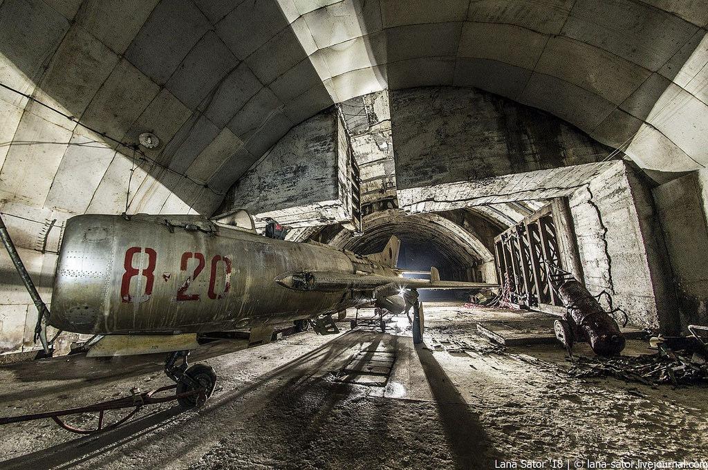 41865193741_cf6a138533_b Заброшенный подземный аэродром в Албании с законсервированными древними советскими истребителями Миг-17