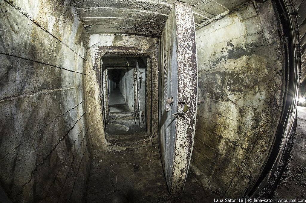 41865194011_1fd19c7c4a_b Заброшенный подземный аэродром в Албании с законсервированными древними советскими истребителями Миг-17