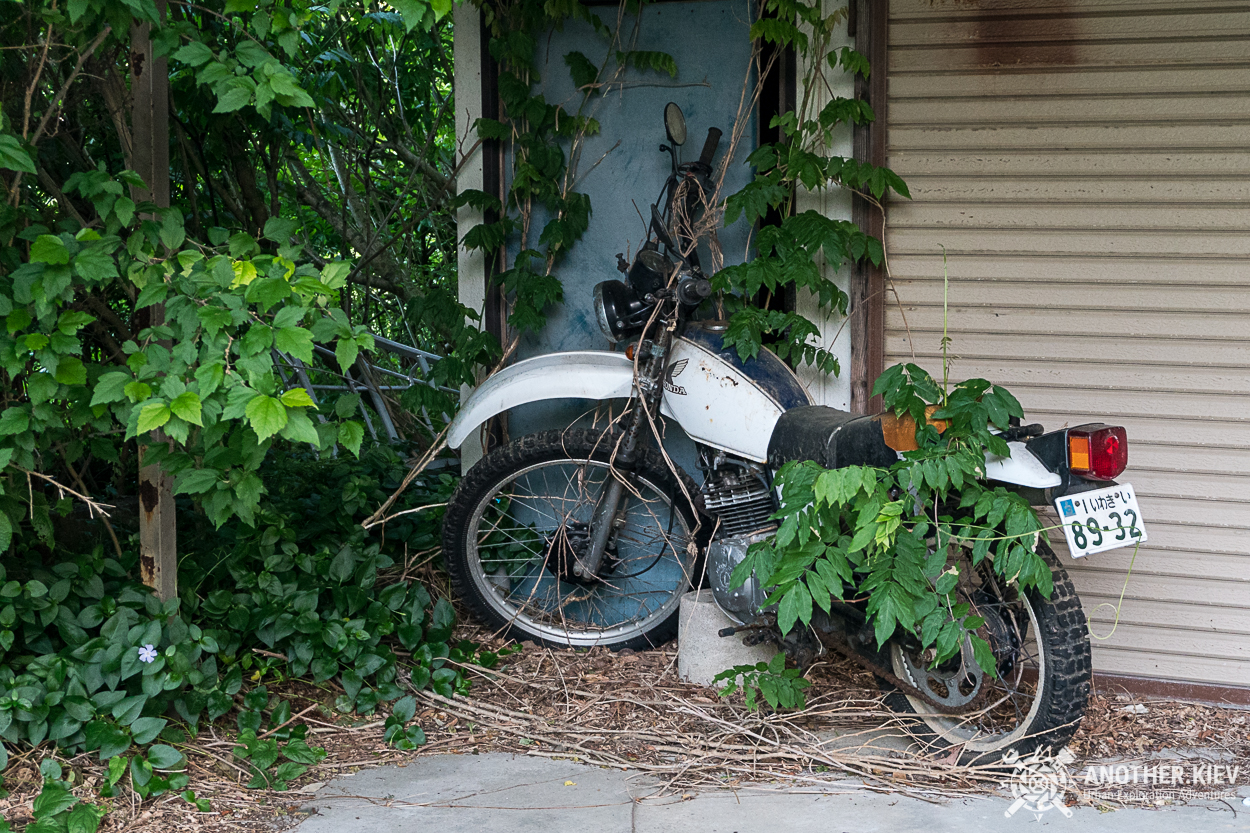 abandoned-motobike Поход в заброшенный город Футаба, зона отчуждения Фукусимы