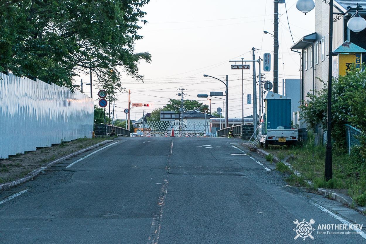 barrier-in-futaba Поход в заброшенный город Футаба, зона отчуждения Фукусимы