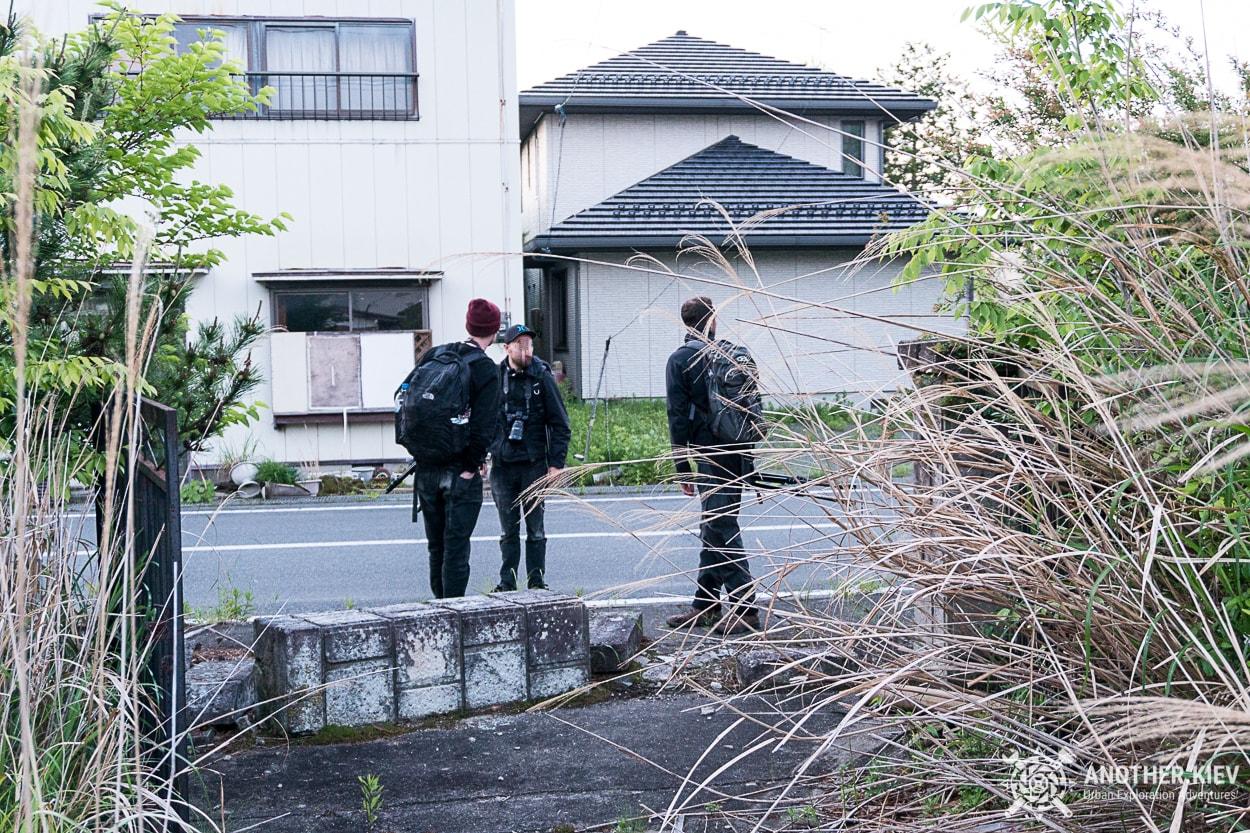 explorers-in-abandoned-city-futaba-street Поход в заброшенный город Футаба, зона отчуждения Фукусимы