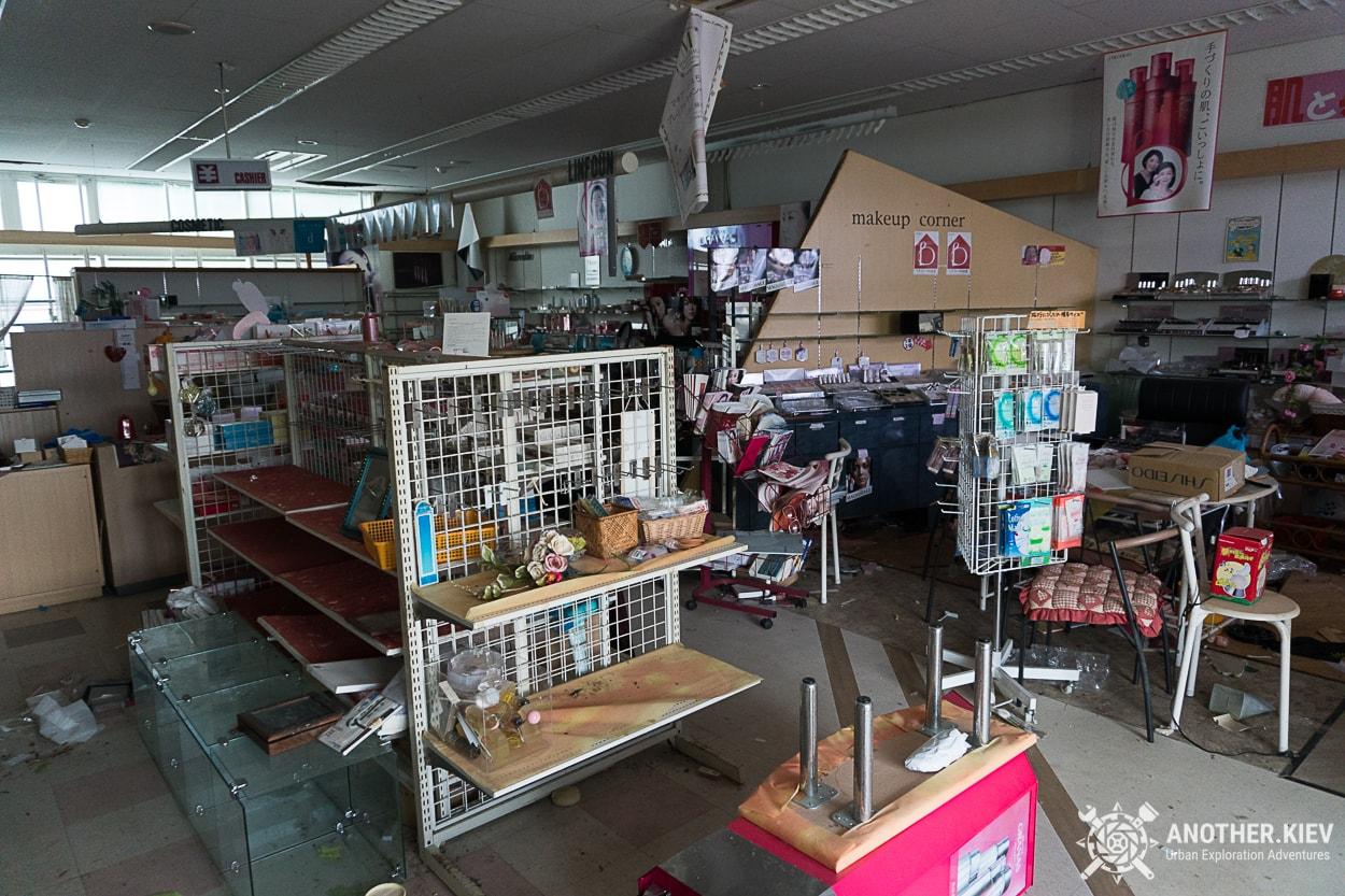 inside-abandoned-buildings-in-fukushima Заброшенный мир красной зоны отчуждения АЭС Фукусима-1