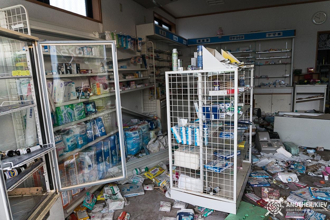 inside-abandoned-drugs-shop-fukushima-red-zone Заброшенный мир красной зоны отчуждения АЭС Фукусима-1