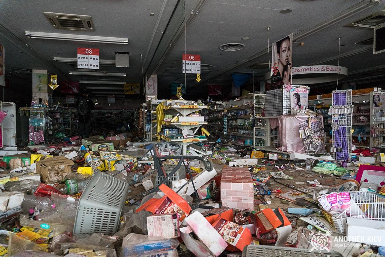 inside-abandoned-supermarket-in-fukushima Заброшенный мир красной зоны отчуждения АЭС Фукусима-1