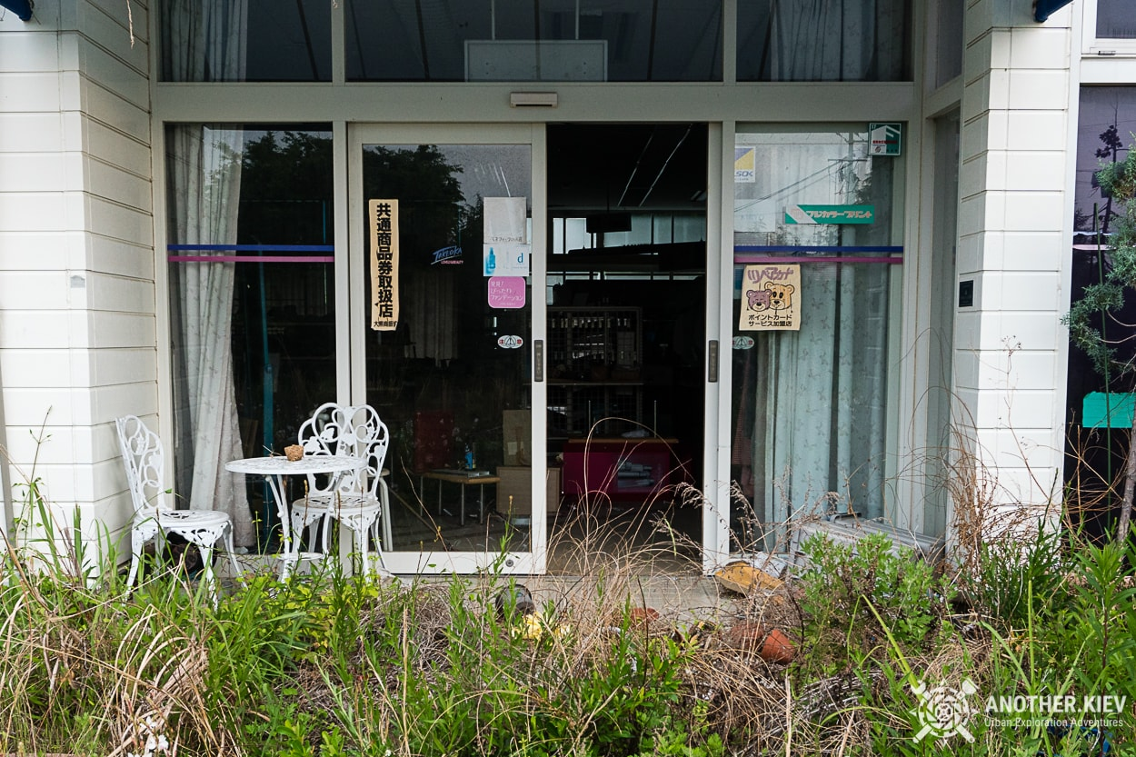 open-doors-to-abandoned-shop-in-fukushima Заброшенный мир красной зоны отчуждения АЭС Фукусима-1