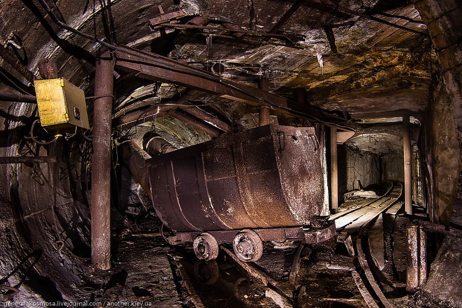 perevernutaya-vagonetka-na-razvilke-v-zabroshennom-bunkere Командный бункер Киевского метрополитена