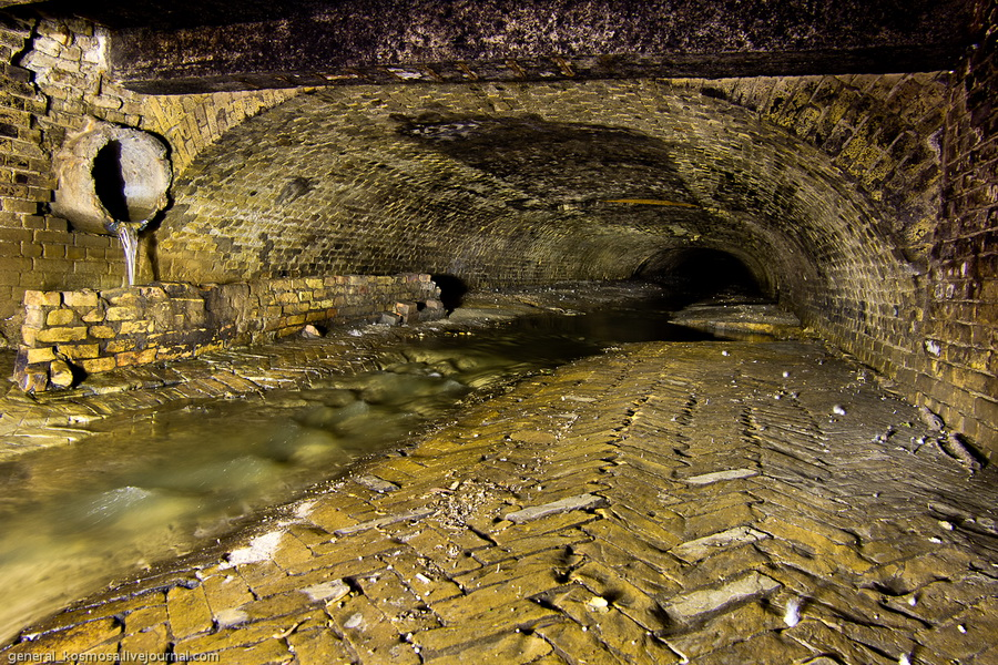 pol-tunnelya-vylozhen-kirpichom-v-forme-parketa Подземная река Глубочица.