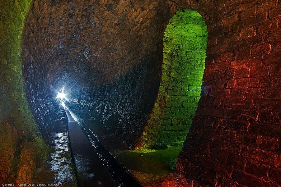 Старинный кирпичный туннель под Крещатиком.