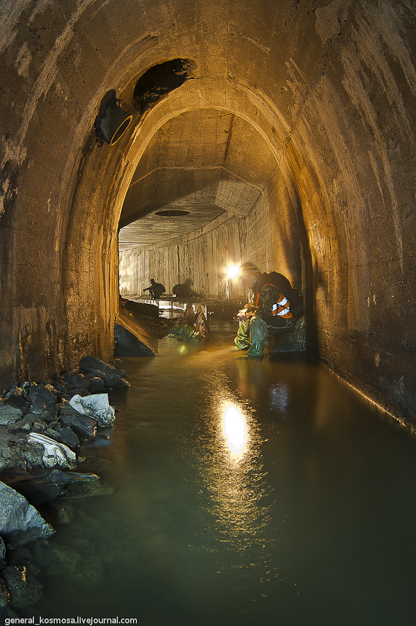 Арочный туннель под железной дорогой соединяется с основным туннелем