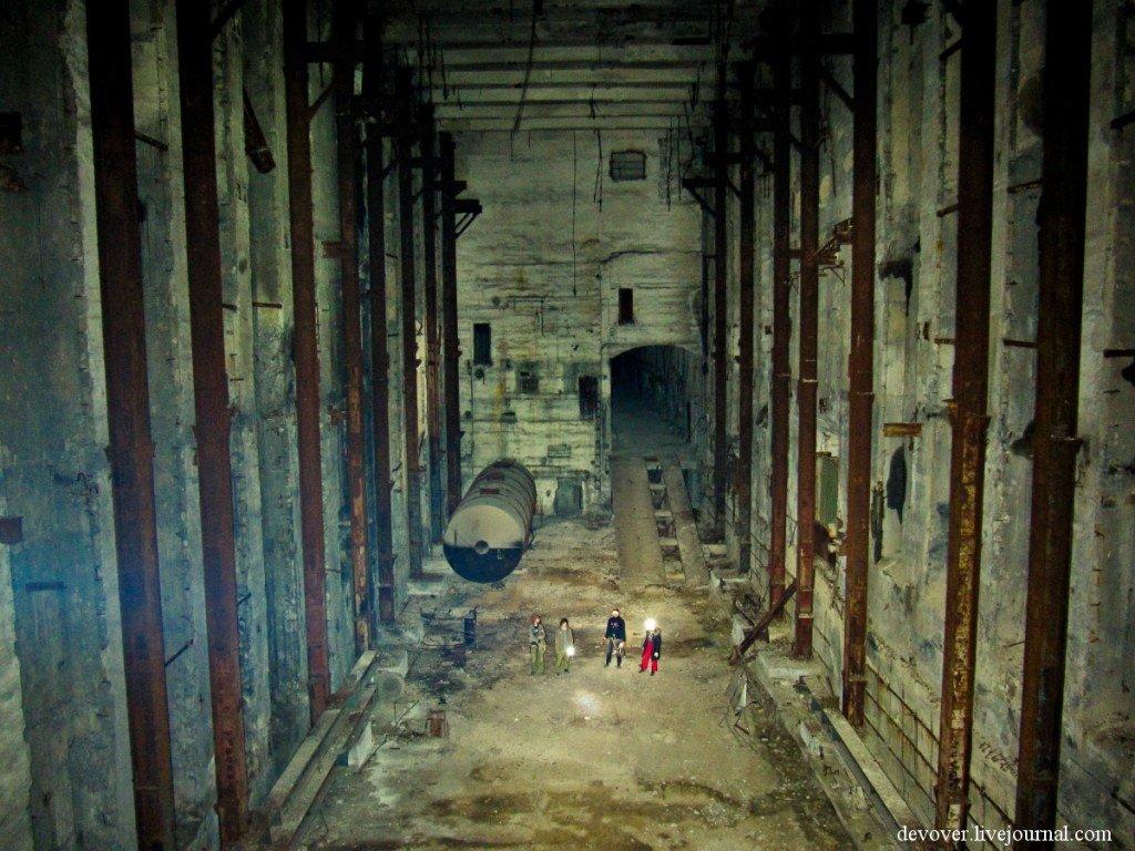Главный зал подземной электростанции поражает своими масштабами. Сюда без труда поместится дом в 6-7 этажей.
