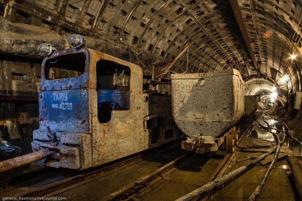 Шахтный электровоз и вагонетки в руддворе строящегося Главного Канализационного Коллектора Киева.