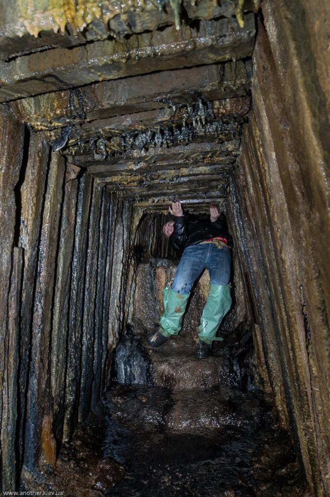 Рабочие немного ошиблись горизонтом когда сбивали штольни при строительстве. Преодолеваем препятствие.