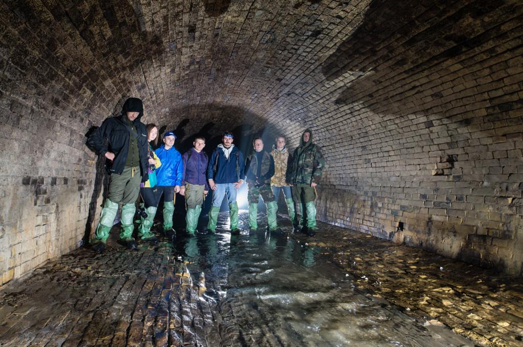 Исследователи подземелий в старинном кирпичном туннеле речки Глубочица