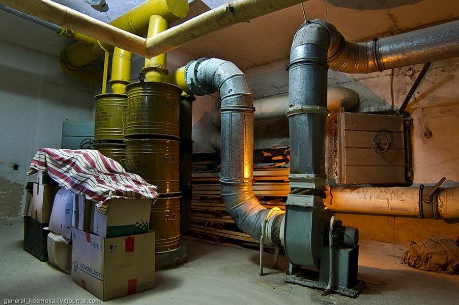 Комната с фильтровентиляционным оборудованием. Фильтры Ф-300 заполнены угольной пылью, в боевом режиме воздух закачивается в убежище сквозь фильтры специальными электромоторами.
