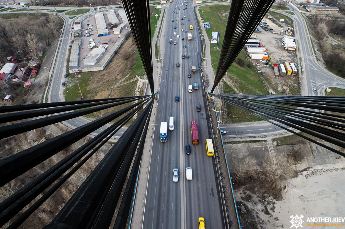 climbing by ropes to the top of moskovsky bridge