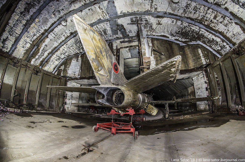 26996880027_0a244ddb98_b Заброшенный подземный аэродром в Албании с законсервированными древними советскими истребителями Миг-17