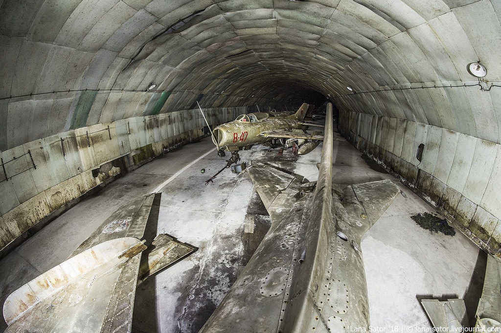26996880367_9ab3184c07_b Заброшенный подземный аэродром в Албании с законсервированными древними советскими истребителями Миг-17